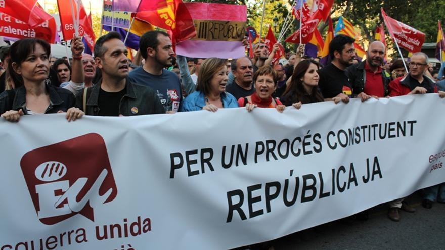 Miembros de Esquerra Unida en la manifestación en favor del referéndum por la República en Valencia