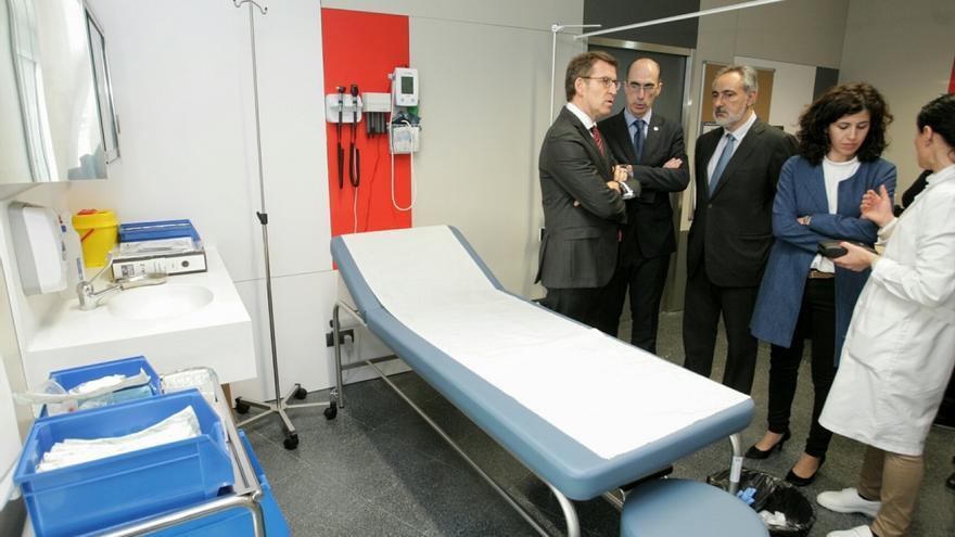 Feijóo y el conselleiro de Sanidade, durante una visita a un centro de salud