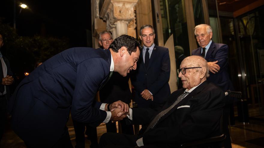 Moreno Bonilla saluda a Clavero en un acto con el que la Junta le rindió homenaje en 2019.