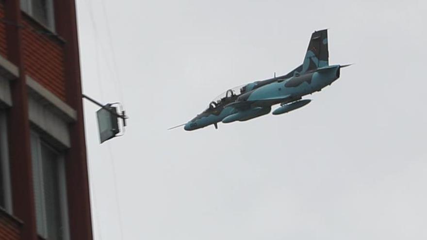 Aviones militares sobrevuelan a baja altura en La Paz por las protestas