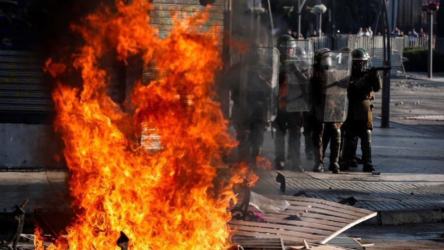 Choques entre manifestantes y la policía antes del inicio del Festival de Viña