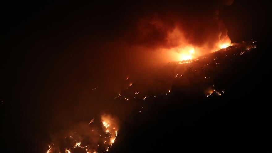Nuevos focos de incendio al caer la noche en Gran Canaria.