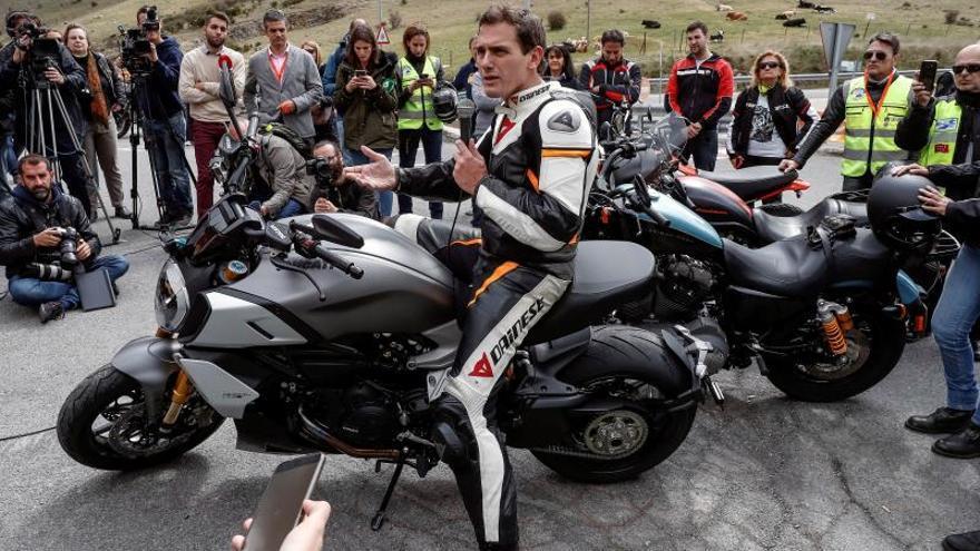 """Rivera, subido en la moto, promete quitar todos los """"guardarraíles asesinos"""""""