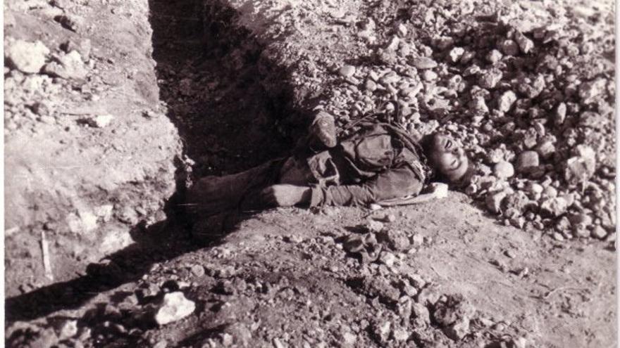 Un soldado yace muerto en una trinchera