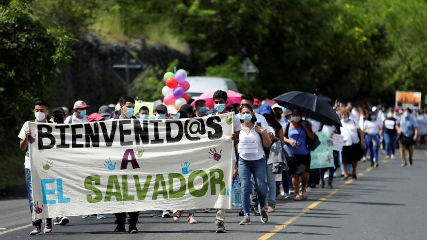 Cientos de salvadoreños invitan a jóvenes a quedarse en el país y no migrar