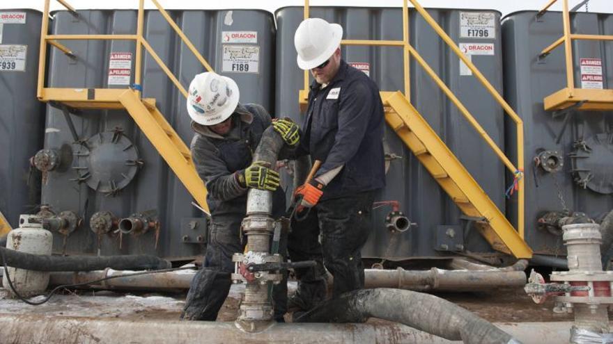Dos operarios trabajan en una planta que utiliza metodo de extracción por fracking/ Foto Irekia