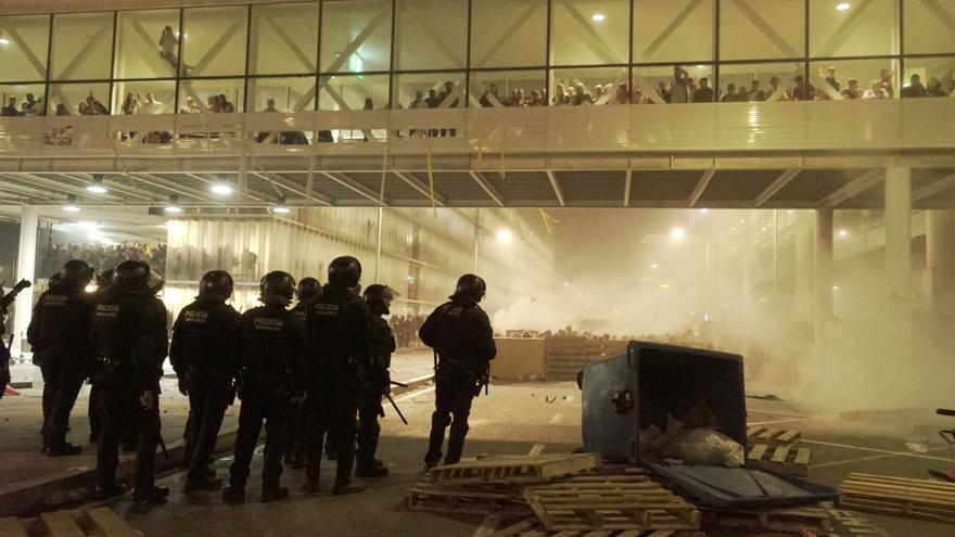 Los enfrentamientos se recrudecieron a medida que avanzaba la tarde en el aeropuerto