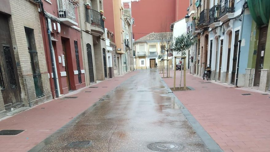 El pavimento instalado en la calle de Sant Pere,  idéntico al que se pondrá en la plaza del Ayuntamiento