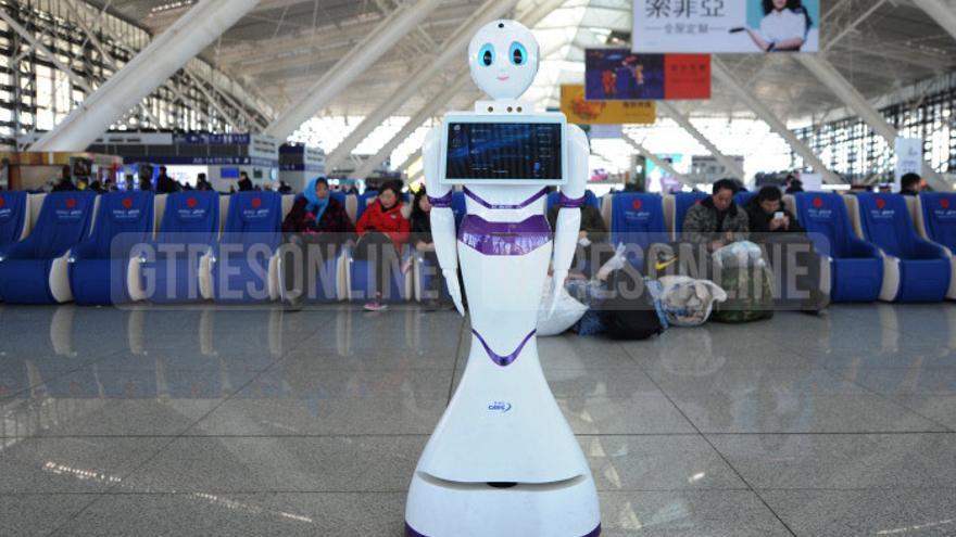 Un robot que trabaja como guía de pasajeros en la estación de Qingdao, China.