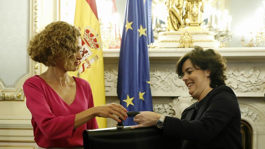 Meritxell Batet, ministra de Política Territorial y Función Pública, toma posesión de su cartera con Soraya Sáenz de Santamaría. Foto: Europa Press