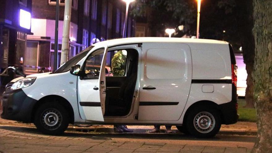 La policía investiga una furgoneta con matrícula española, cargada con bidones de gas, que esta ubicada en las inmediaciones de la sala de conciertos Maassilo, debido a una amenaza terrorista en Rotterdam.