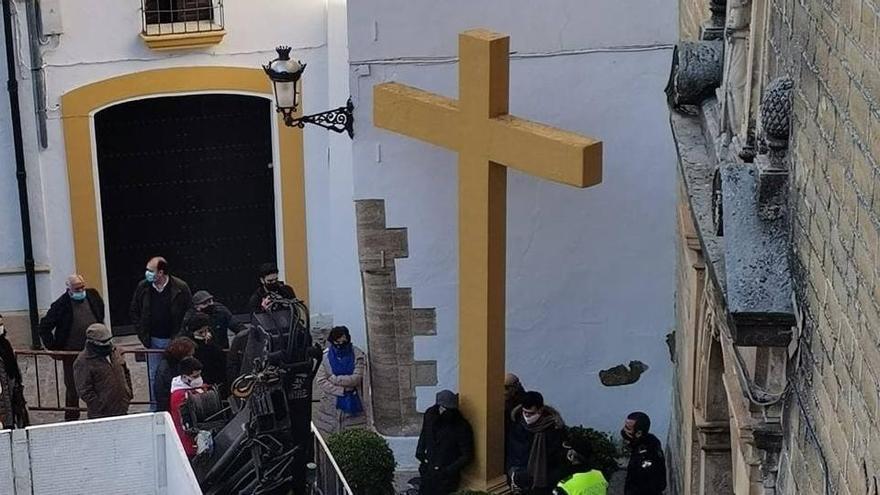 Vecinos y la Policía Local ante la Cruz del Llanito de las Descalzas en Aguilar de la Frontera, pendiente de derribo.