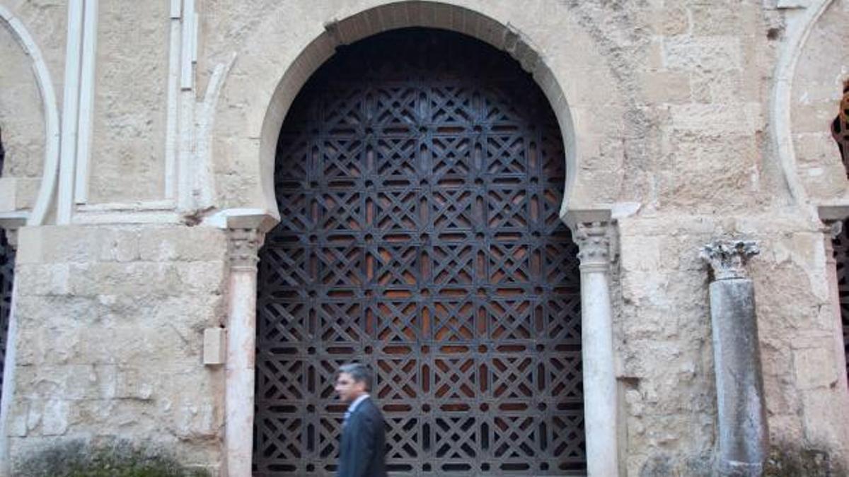 Celosía de la una de las puertas de la Mezquita