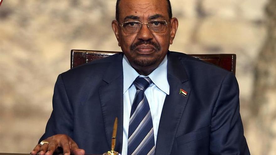 Al Bashir reta a la oposición a bajar a la calle y a no esconderse en Internet