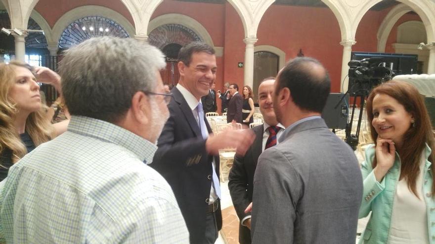Pedro Sánchez ríe con Alfonso Rodríguez Gómez de Celis en un acto en Sevilla.