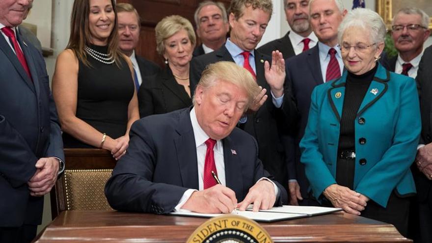 Trump da un primer paso para desmantelar por su cuenta la ley sanitaria de Obama