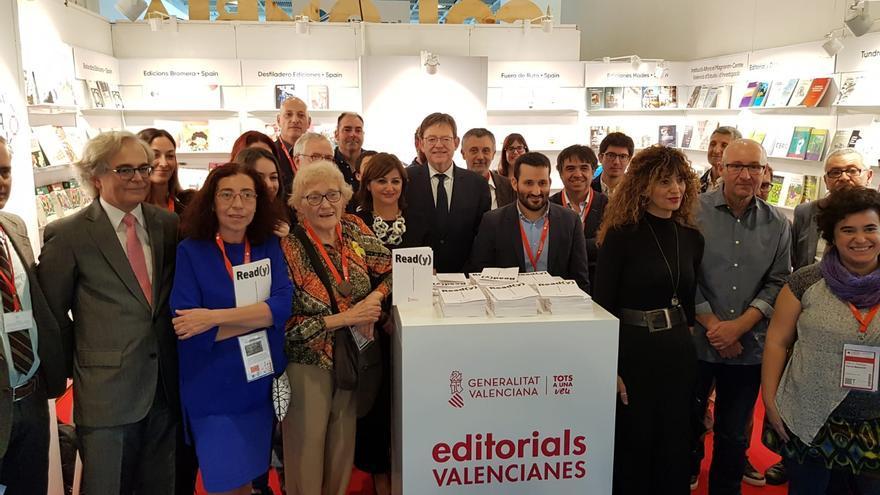 El president Ximo Puig y el conseller de Educación y Cultura, Vicent Marzà, en la Feria del Libro de Fráncort