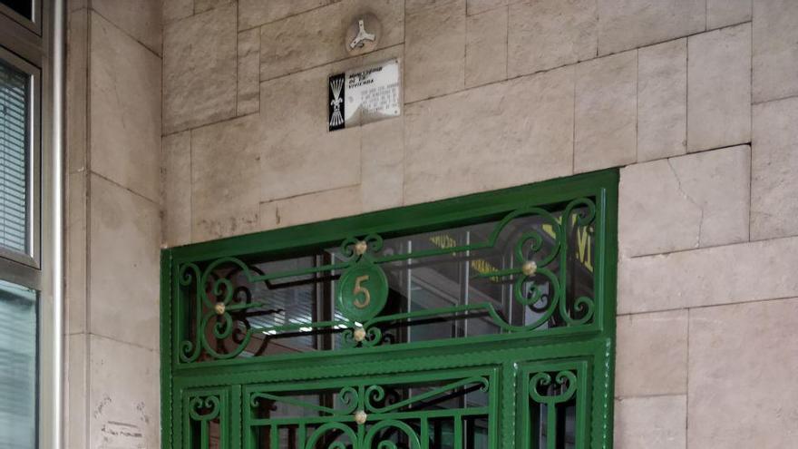 Un portal de la ciudad con la placa franquista | Foto: Andrés Hermosa