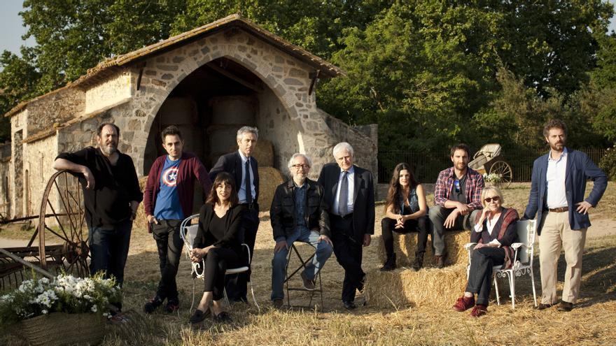 """Els protagonistes de la segona part de """"Ocho apellidos vascos"""" i Paolo Vasile a la masia de Monells on es fa part del rodatge,"""
