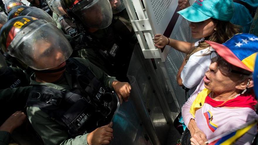 La Policía venezolana disuelve la marcha opositora e impide el acceso al Parlamento