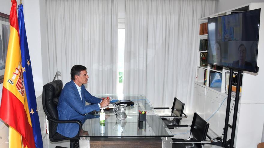 El presidente del Gobierno, Pedro Sánchez, en videoconferencia con los titulares de Defensa y de Exteriores, Margarita Robles y José Manuel Albares, durante la operación de evacuación de españoles de Afganistán