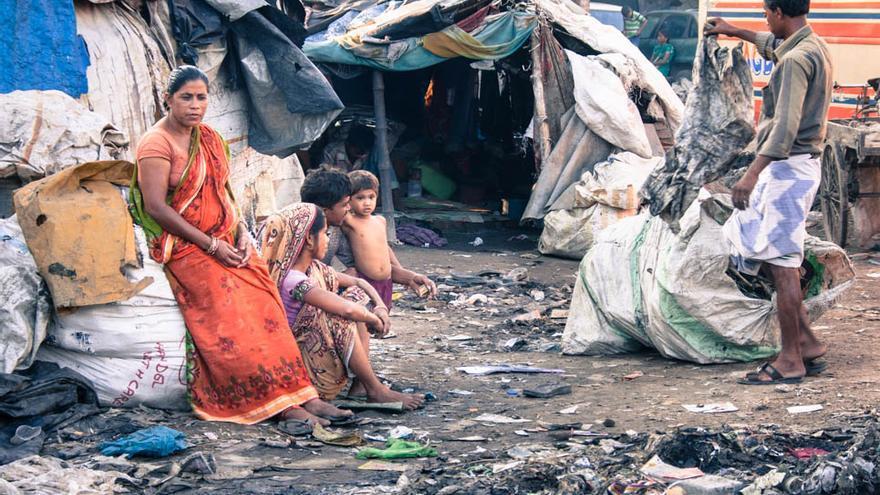 Parte de una familia en el poblado chabolista de la estación de tren de Varanasi (Foto: Juan Luis Sánchez)