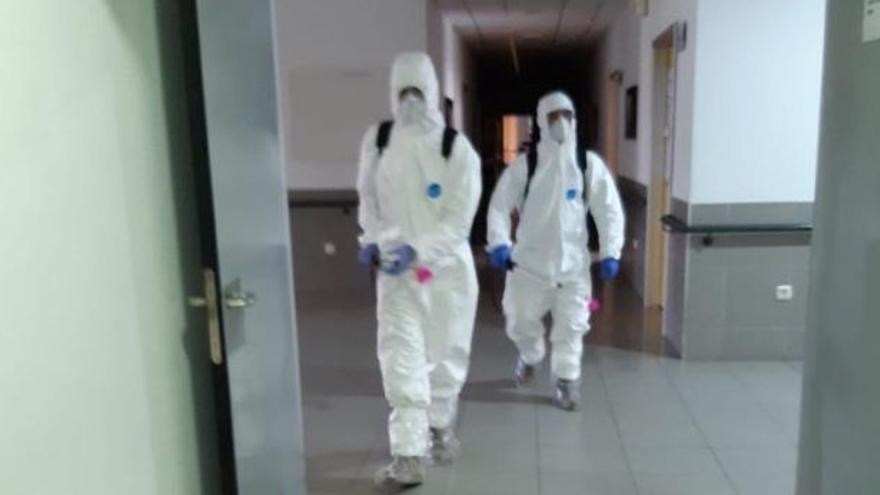 Efectivos del Ejército desinfectando en la tarde del sábado el centro de Churra
