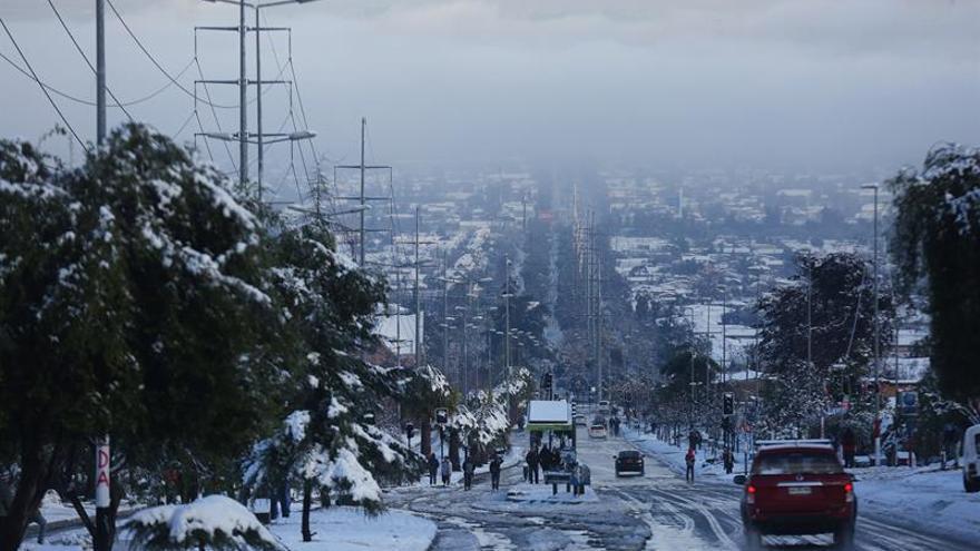 Más de 71.000 hogares siguen sin luz en Santiago de Chile tras la fuerte nevada