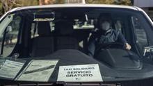 Las carreras solidarias del coronavirus: taxistas que llevan a los sanitarios a hacer visitas domiciliarias de forma segura