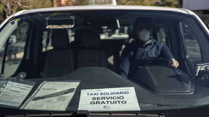 Uno de los taxis solidarios que ofrecen un servicio gratuito en Madrid a los sanitario