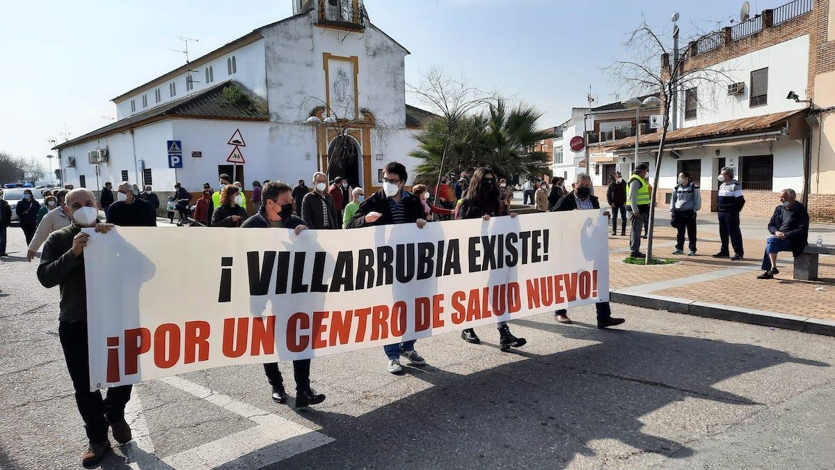 Protesta en Villarrubia para pedir mejoras en el centro de salud.