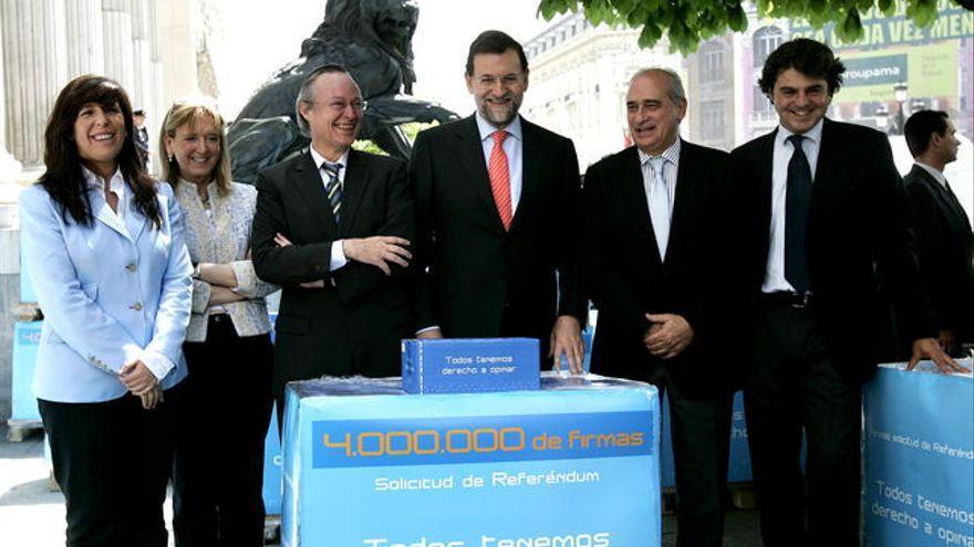 Alicia Sánchez Camacho, Josep Piqué, Mariano Rajoy, Jorge Fernández Díaz y Jorge Moragas, dirección del PP, en 2006, con sus firmas por un referéndum español sobre el Estatut catalán.
