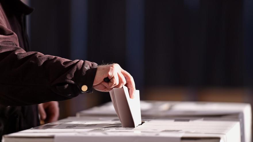 Un elector deposita su voto en una urna