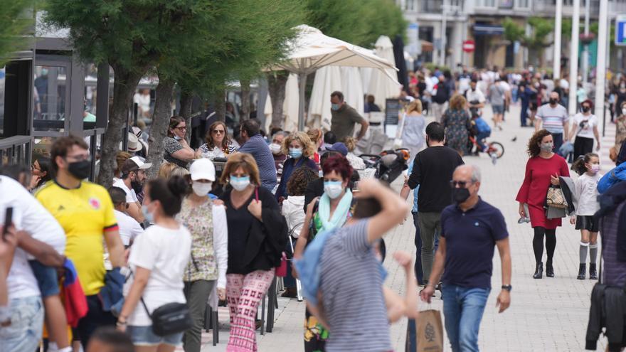 Las calles de Castro Urdiales llenas de gente este domingo