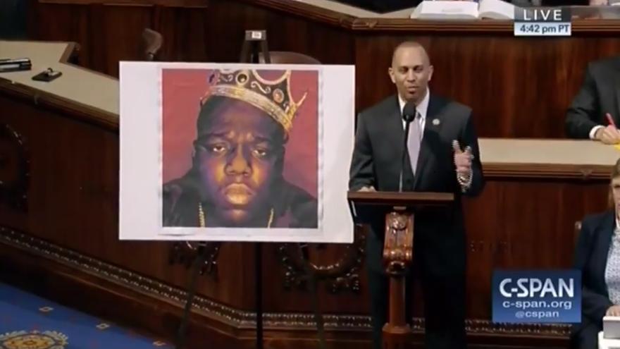 Hakeem Jeffries de Brooklyn hablando en la Cámara de Representantes