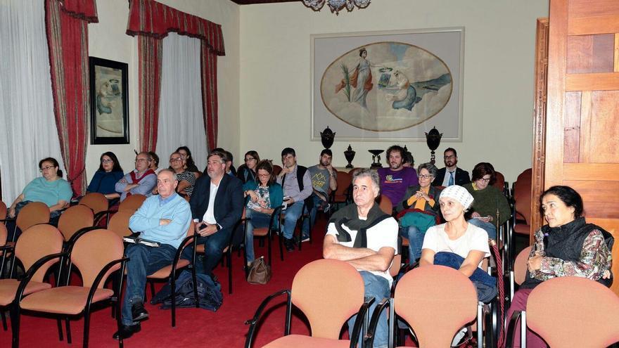 Público asistente a la mesa redonda celebrada en la Casa Salazar de Santa Cruz de La Palma. Foto: PX1NME.