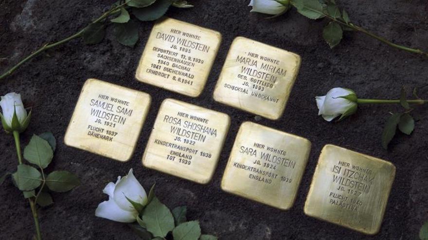 Unos Adoquines dorados reúnen en Berlín a descendientes de una familia víctima de los nazis