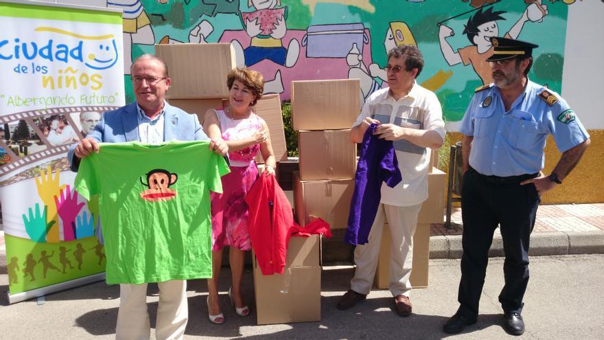 El alcalde en funciones, la concejal de Movilidad, el director del centro y un responsable de la Policía durante la entrega.    Foto: A.Huertas
