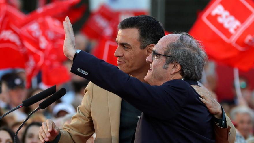 - El presidente del Gobierno en funciones, Pedro Sánchez (i) y el candidato del PSOE en la Comunidad de Madrid, Ángel Gabilondo, durante el acto de cierre de campaña socialista este viernes en Madrid