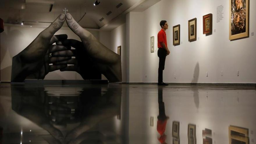 Un visitante observa obras que hacen parte de la exposición Dalí Místico, el lunes 30 de septiembre de 2019, en Guadalajara (México).