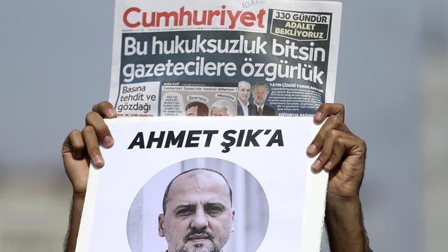 El periodista Ahmet Sik se postula como candidato en las elecciones parlamentarias de Turquía