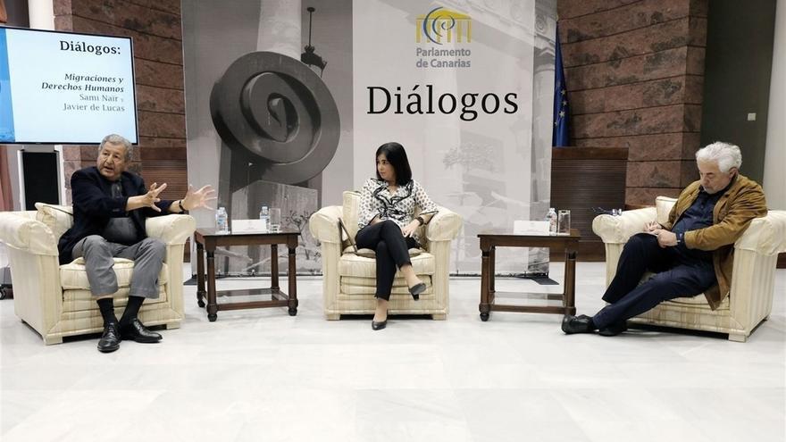 Naïr, a la izquierda, junto a la presidenta del Parlamento canario, Carolina Darias