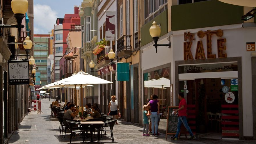 Calle Cano y alguna de sus terrazas de moda.