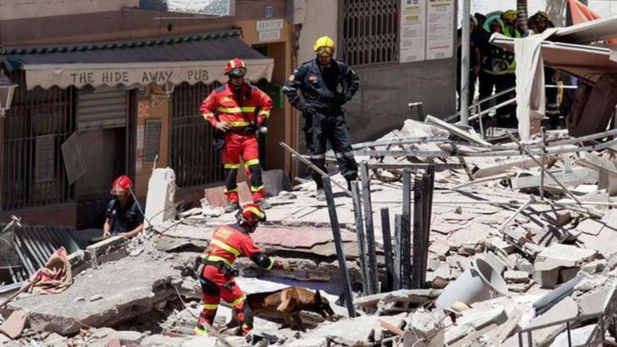 Trabajo de los bomberos en el edificio colapsado en Los Cristianos