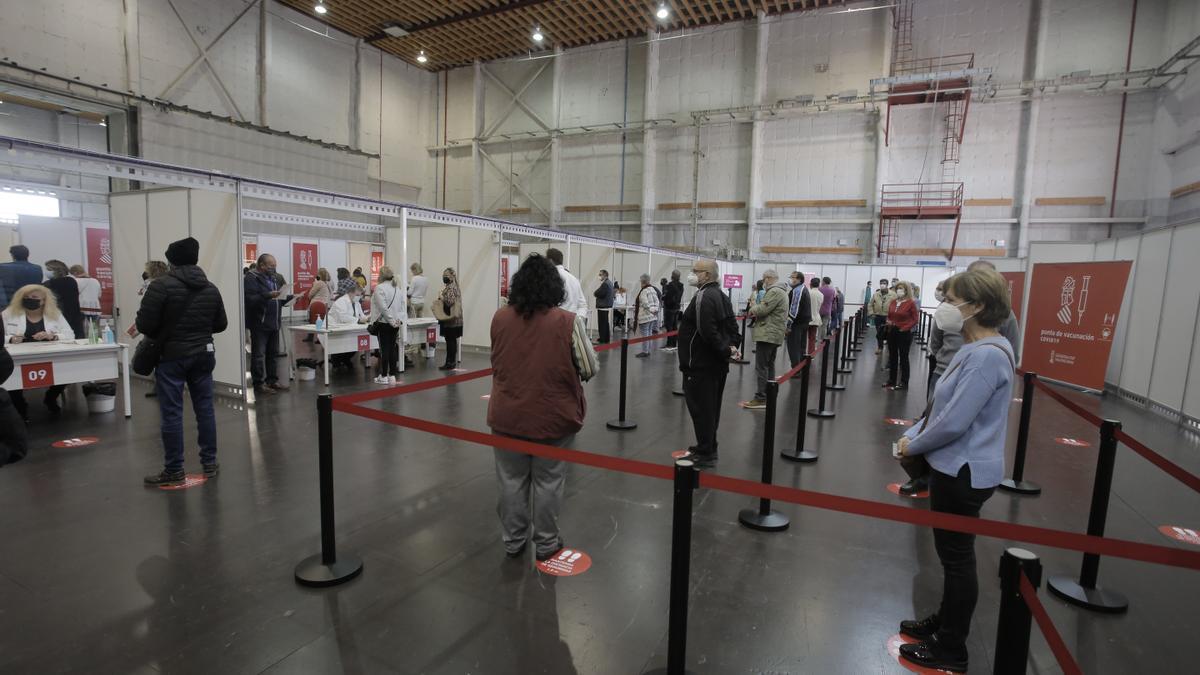 Varias personas esperan para ser vacunadas en la Comunitat Valenciana.