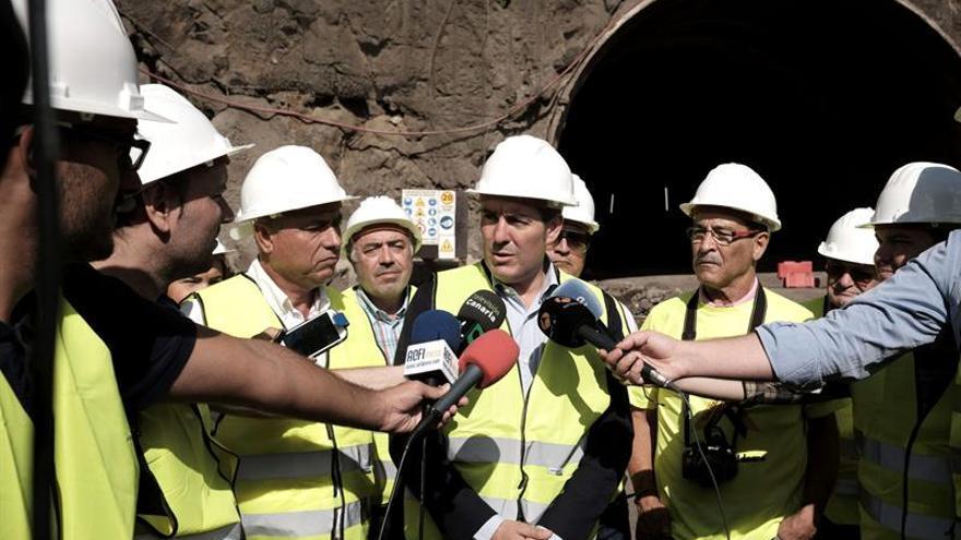 El presidente del Gobierno canario, Fernando Clavijo, atiende a los medios durante su visita a las obras de la nueva carretera de La Aldea. EFE/Arturo Rodríguez