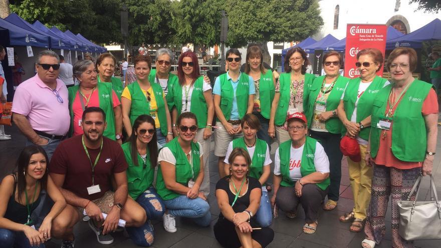 Voluntarias y voluntarios de la aecc en la II Feria Gastrosolidaria.