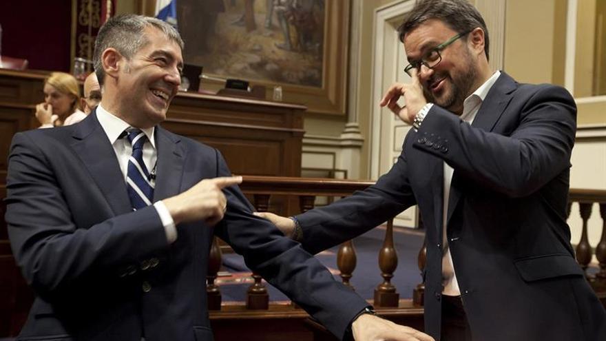 El presidente del Gobierno de Canarias, Fernando Clavijo, conversa con el presidente del Grupo Parlamentario del Partido Popular y presidente autonómico del partido, Asier Antona