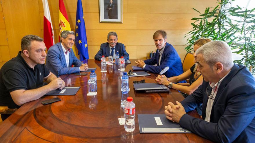 Revilla y Zuloaga en una reunión con representantes de CCOO, UGT y CEOE-Cepyme Cantabria.   ARCHIVO