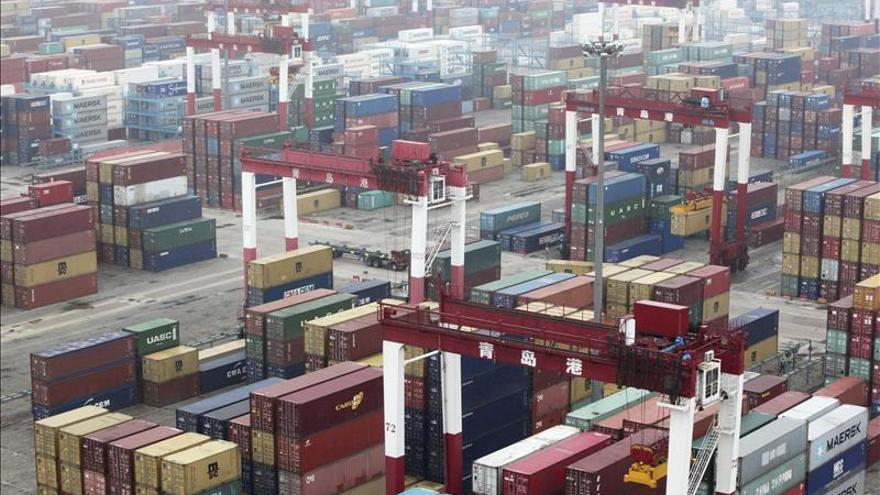 Vista general de varios contenedores en el puerto de Qingdao, en China. EFE